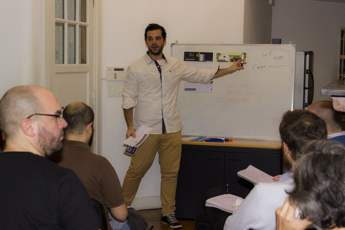 Maxi dando charla de plugins de WordPress en Argentina Virtual